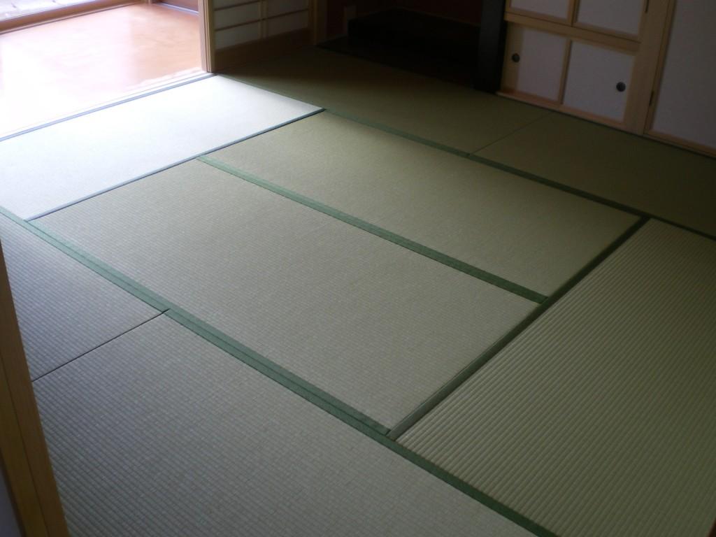 新畳(和紙おもて・銀白色)+へりなし琉球畳(黄金色)